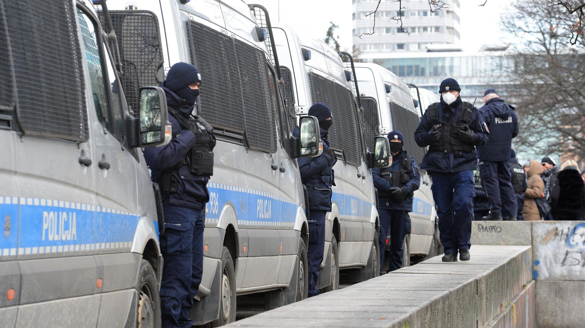 Сотрудники правоохранительных органов во время акции против карантинных ограничений в Варшаве - РИА Новости, 1920, 10.04.2021