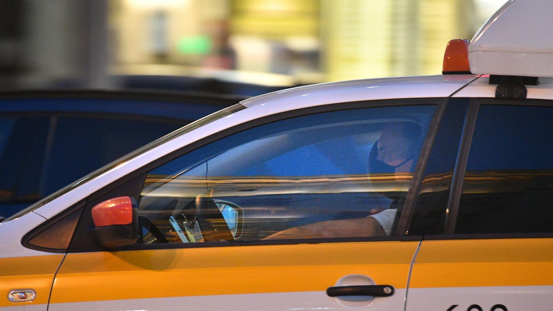 Водитель в защитной маске в автомобиле Яндекс такси на Тверской улице - РИА Новости, 1920, 02.06.2021