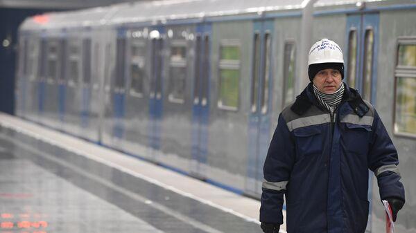 Рабочий на станции метро