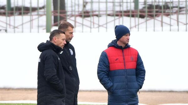 Главный тренер ПФК ЦСКА Ивица Олич (слева) во время тренировки игроков клуба на стадионе Октябрь в Москве.