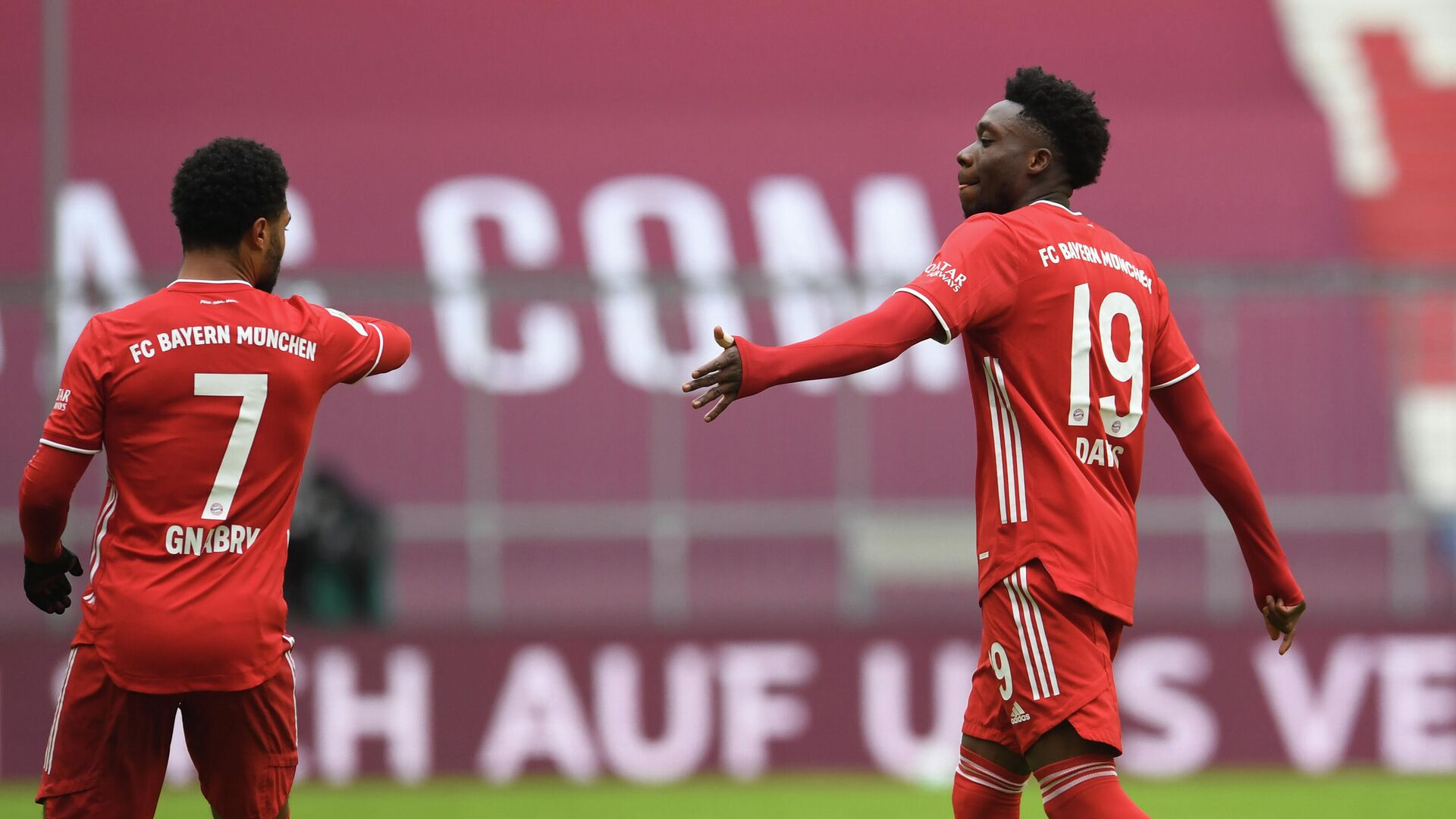 Soccer Football - Bundesliga - Bayern Munich v VfB Stuttgart - Allianz Arena, Munich, Germany - March 20, 2021 Bayern Munich's Alphonso Davies walks past Serge Gnabry as he leaves the pitch after being sent off Pool via REUTERS/Andreas Gebert DFL regulations prohibit any use of photographs as image sequences and/or quasi-video. - РИА Новости, 1920, 24.03.2021