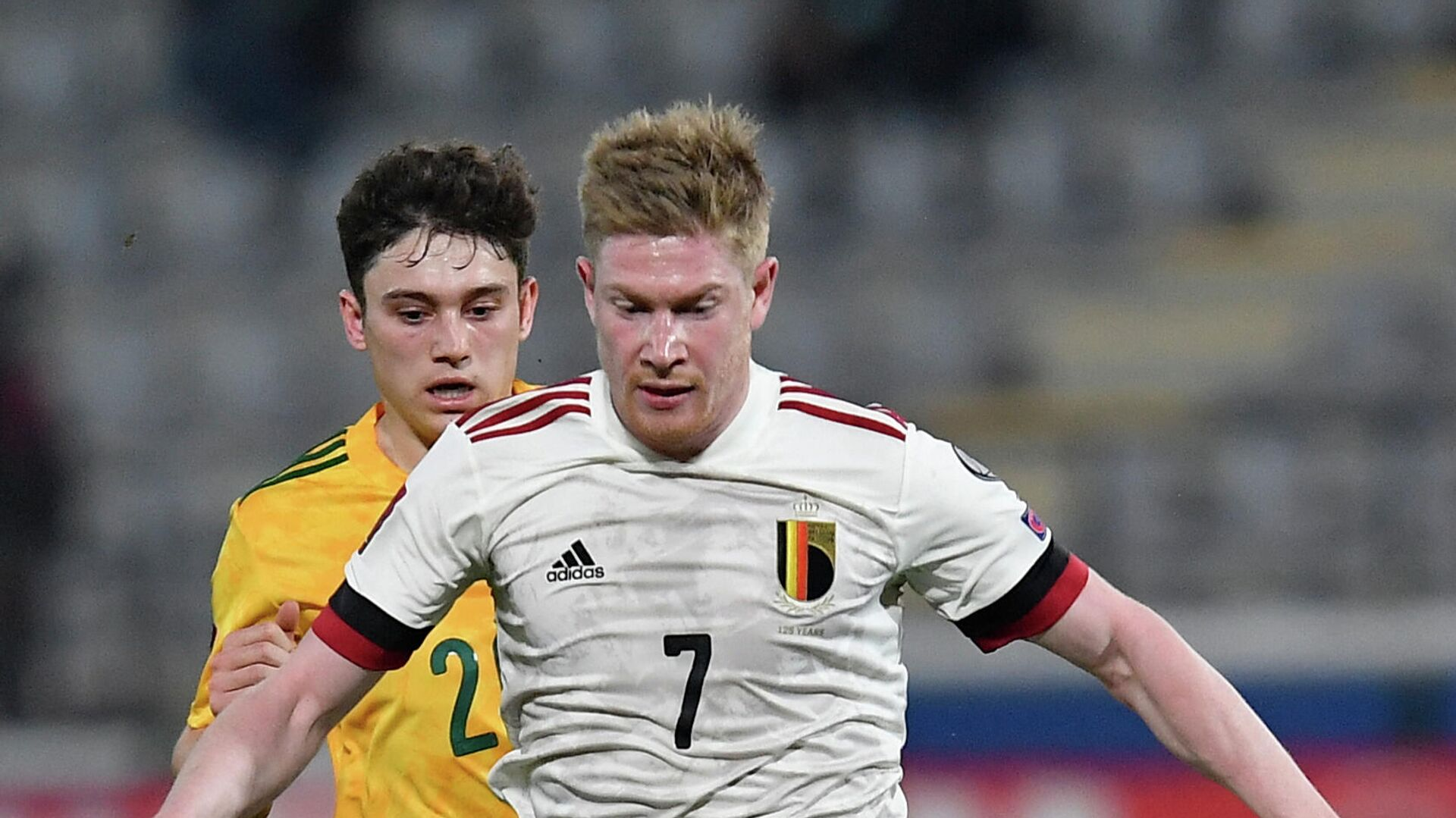Belgium's midfielder Kevin De Bruyne (front) is challenged by Wales' forward Daniel James (R) during the FIFA World Cup Qatar 2022 qualification football match between Belgium and Wales at the Den Dreef Stadium in Leuven on March 24, 2021. (Photo by JOHN THYS / AFP) - РИА Новости, 1920, 25.03.2021
