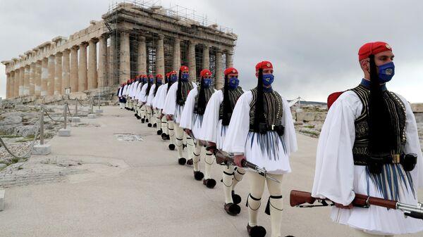 Почетный караул эвзонов после церемонии поднятия греческого флага во время празднования 200-летия независимости Греции