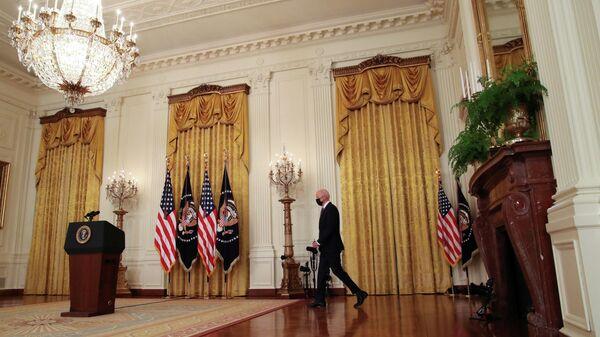Президент США Джо Байден перед началом первой пресс-конференции в Белом доме в Вашингтоне