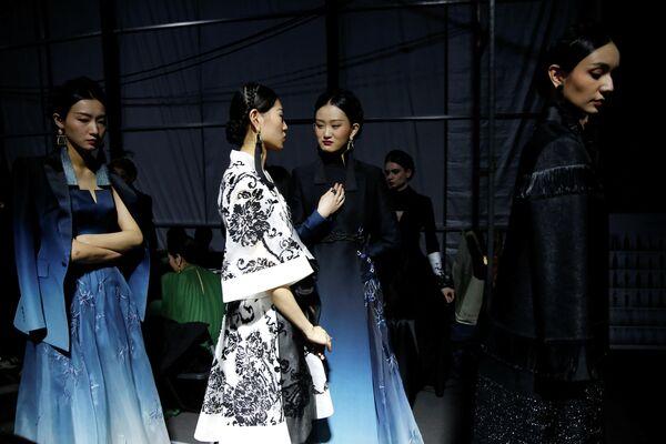 Модели перед показом Китайской неделе моды в Пекине