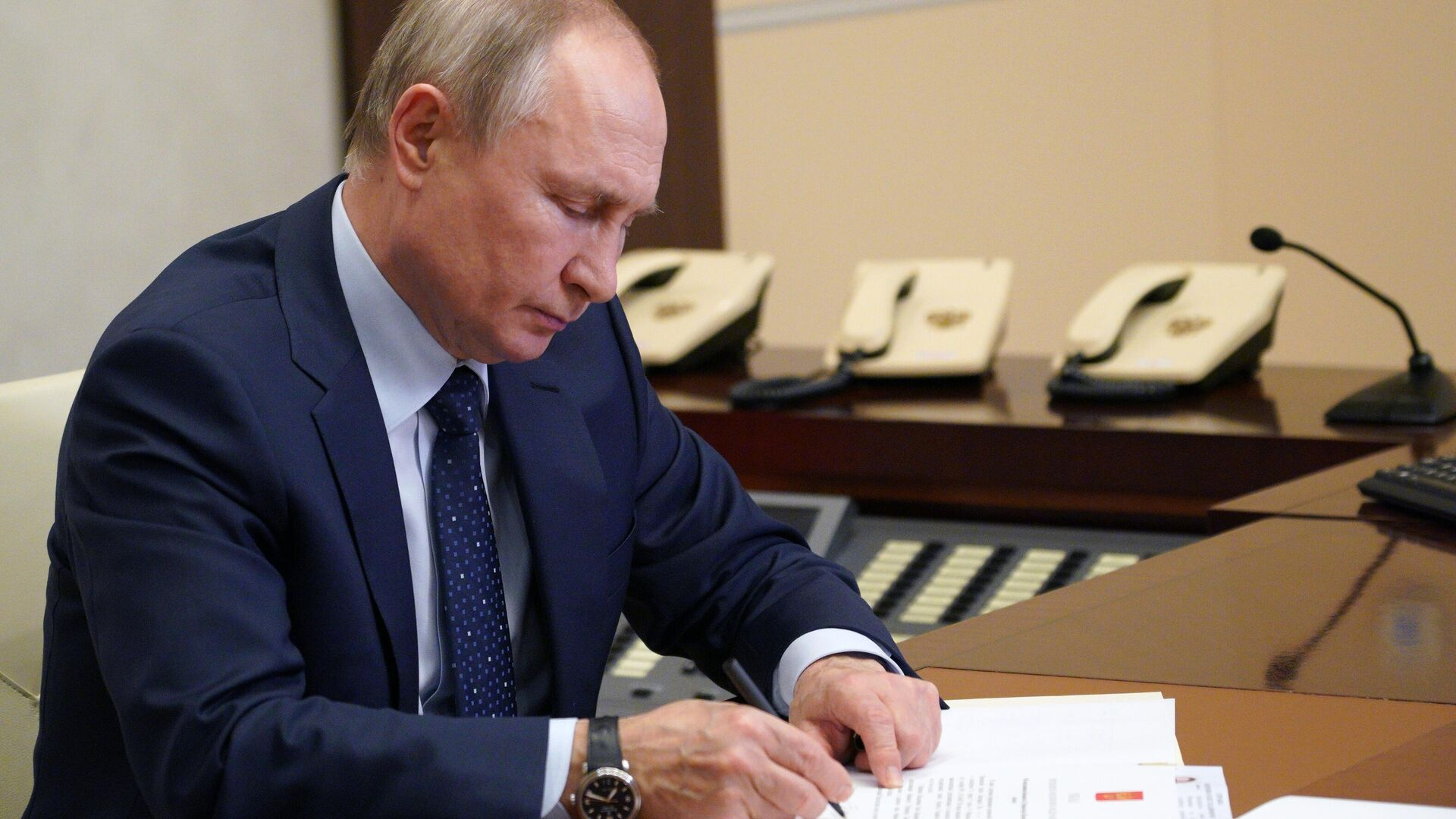 Путин поручил актуализировать концепцию демографической политики ДФО