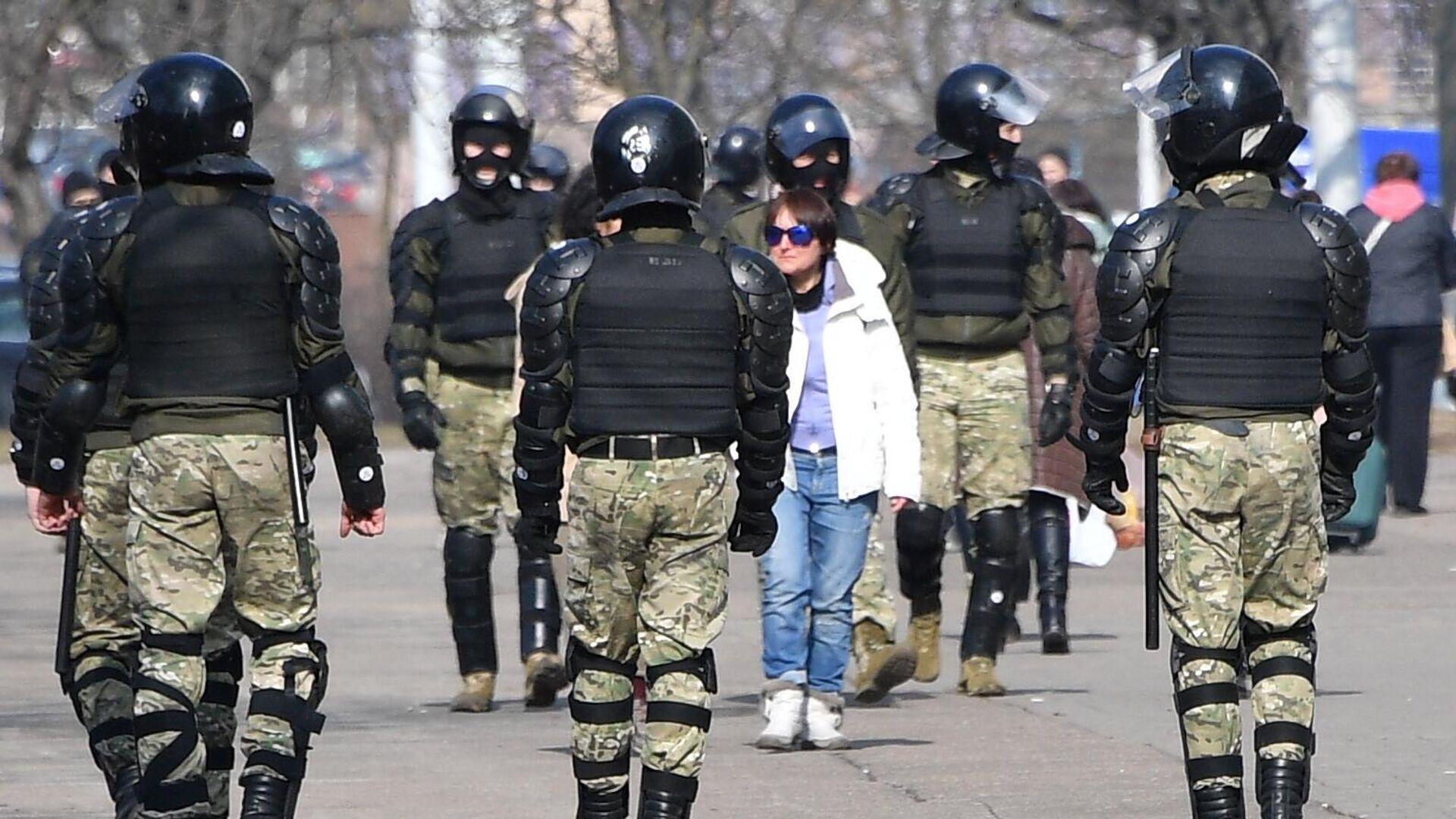 Сотрудники правоохранительных органов во время несанкционированной акции протеста в Минске - РИА Новости, 1920, 11.06.2021