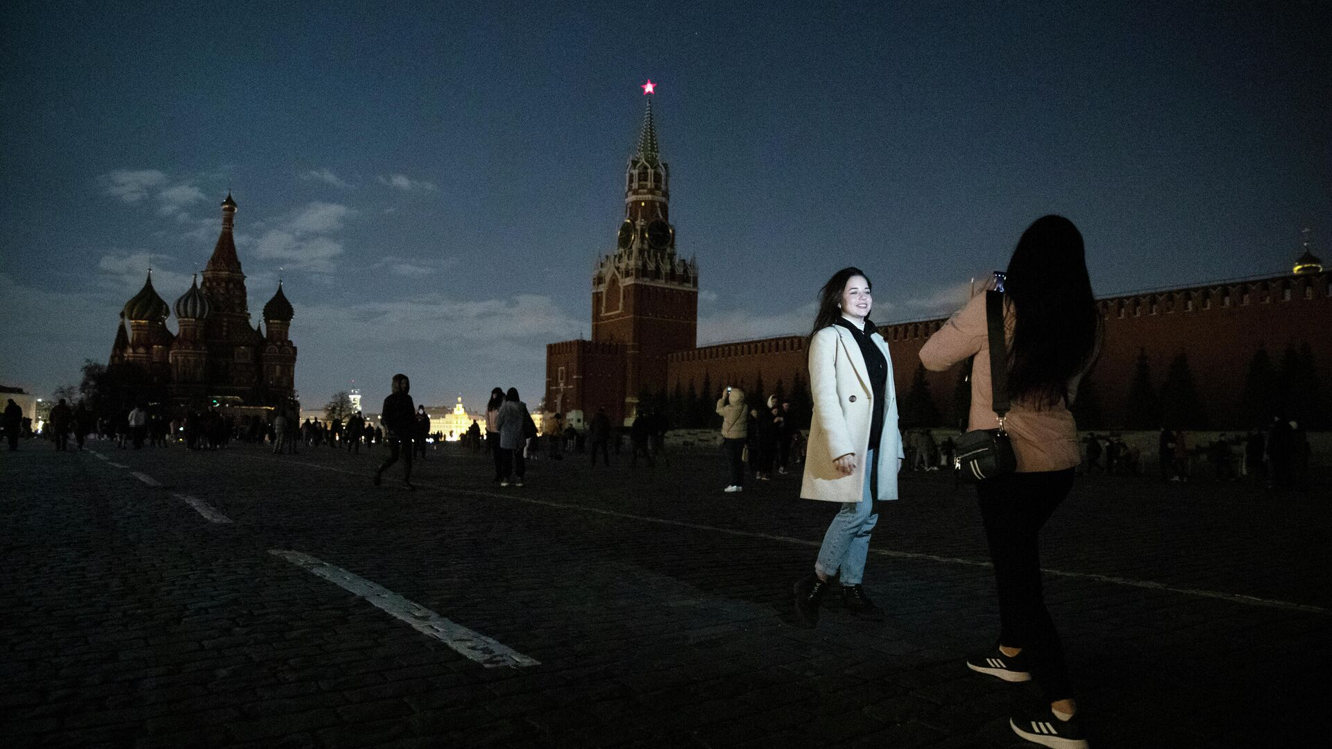 Девушки фотографируются на Красной площади в Москве во время экологической акции Час Земли - РИА Новости, 1920, 28.03.2021