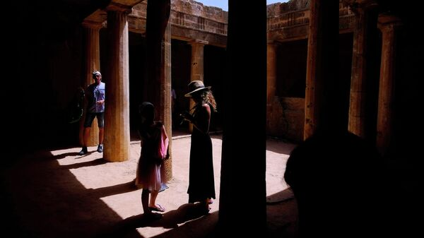 Туристы во время посещения Царских гробниц в Пафосе