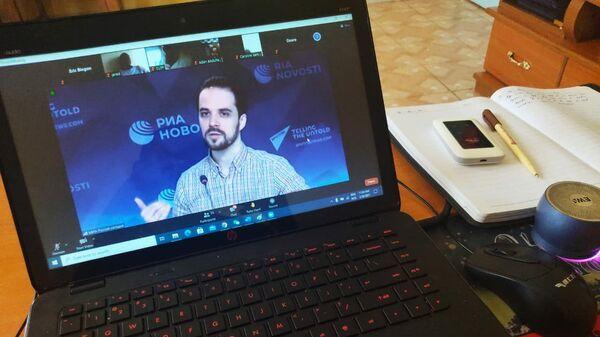 Директор специальных проектов Sputnik Михаил Конрад во время лекцией о мультимедийной журналистике