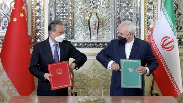 Министр иностранных дел Китая Ван И и министр иностранных дел Ирана Мохаммад Джавад Зариф во время подписания соглашения о всеобъемлющем стратегическом партнерстве в Тегеране