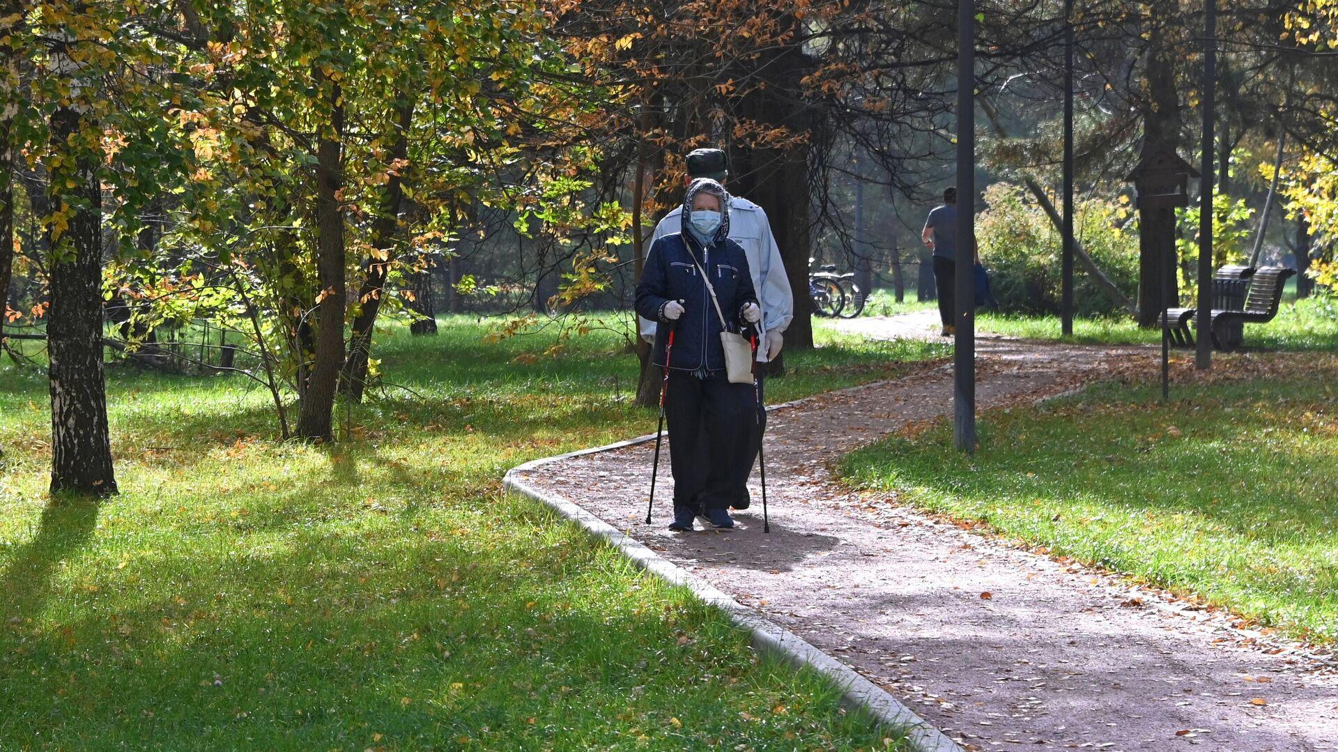 Отдыхающие в парке имени 50-летия Октября в Москве - РИА Новости, 1920, 13.06.2021