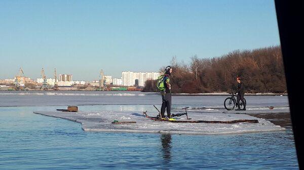 Спасатели сняли с отколовшейся льдины на Москва-реке двух велосипедистов
