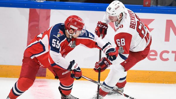 Хоккеисты ЦСКА и Локомотива Богдан Киселевич (слева) и Михаил Беляев