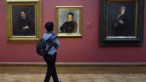 Посетительница на выставке Илья Репин: известный и неизвестный в Третьяковской галерее в Москве.