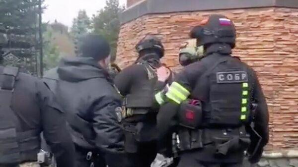 Сотрудники СОБР на месте стрельбы в коттеджном поселке Новые Вешки. Кадр видео