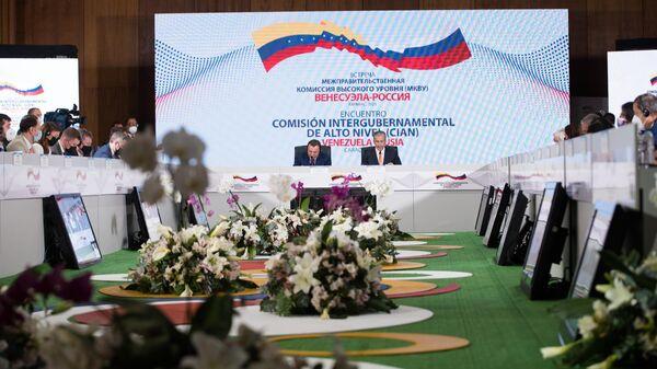 Вице-президент по экономике, министр нефти Венесуэлы Тарек Эль-Айссами и заместитель председателя правительства РФ Юрий Борисов на встрече в Каракасе