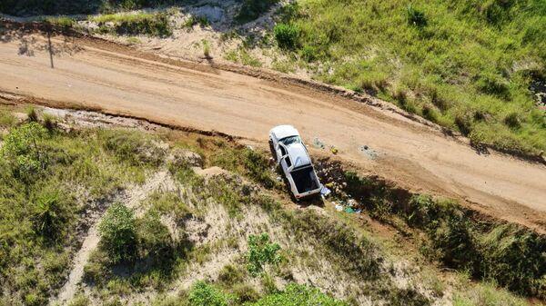 Автомобиль, перевозивший гражданских лиц и попавший в засаду, на обочине дороги в Мозамбике