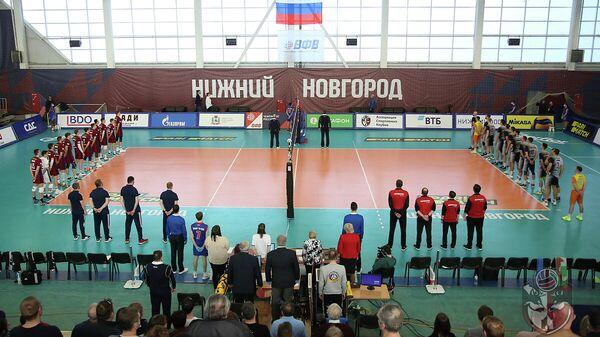 Волейболисты клубов АСК и Факел перед началом матча