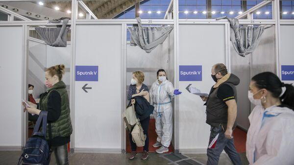 Жители Белграда во время вакцинации от COVID-19 российским препаратом Sputnik V