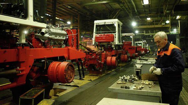 Сборочный конвейер тракторов Кировец на Петербургском тракторном заводе, который входит в состав ОАО Кировский завод