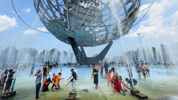 Люди купаются в фонтане в США