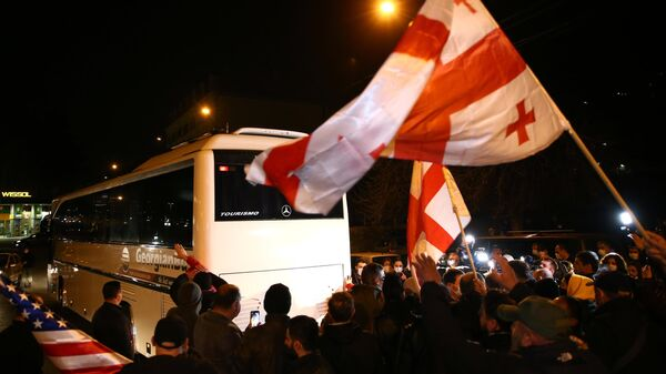 Автобус с телеведущим Владимиром Познером у отеля Vinotel в Тбилиси во время акции протеста против приезда телеведущего в Грузию