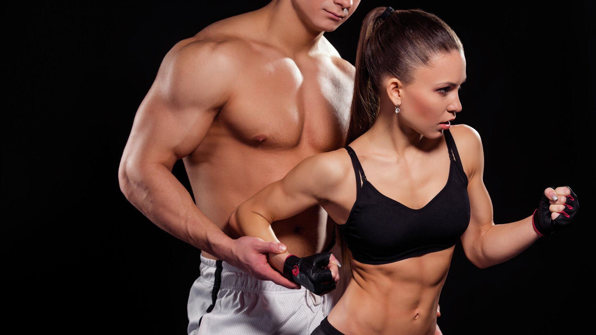 Молодой человек и девушка, занимающиеся фитнесом - РИА Новости, 1920, 13.04.2021
