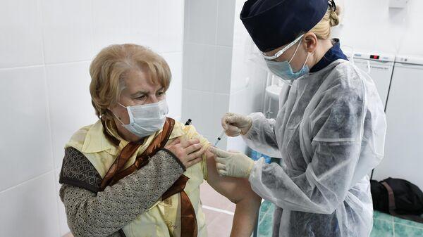 Пациент во время прививки вакциной Гам-Ковид-Вак (Спутник V) от COVID-19 в 7-й городской поликлинике Симферополя