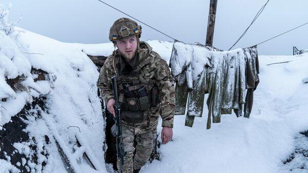 Украинский военнослужащий в траншее возле села Водяное, Украина