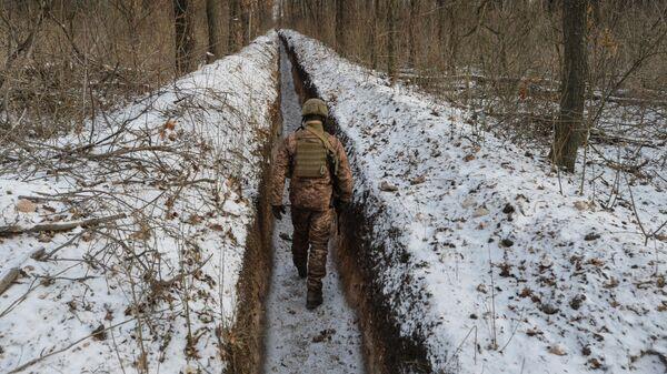 Украинский военнослужащий на линии соприкосновения недалеко от города Авдеевка в Донецкой области