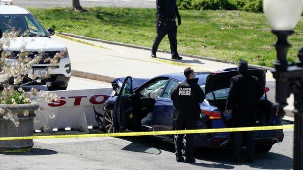 Офицеры полиции Капитолия США возле автомобиля, который врезался в заграждение на Капитолийском холме в Вашингтоне