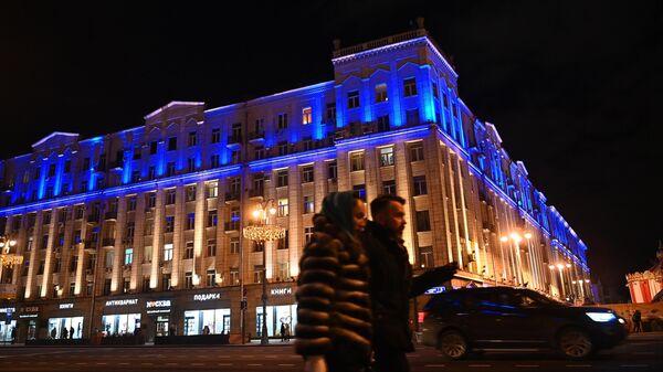 Здание на Тверской улице в Москве, подсвеченное синим цветом, в рамках международной акции Зажги синим