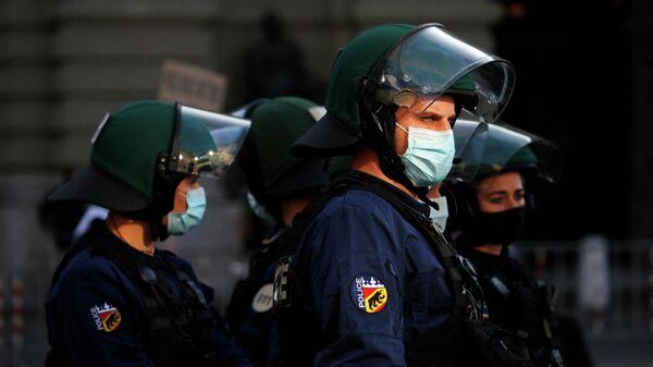 Сотрудники полиции Швейцарии во время акции протеста из-за COVID-ограничений
