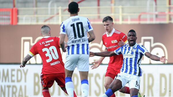 Hertha Berlin's Colombian forward Jhon Cordoba (R) calls for a foul during the German first divison Bundesliga football match between 1 FC Union Berlin and Hertha BSC Berlin in Berlin on April 4, 2021. (Photo by Andreas GORA / POOL / AFP) / DFL REGULATIONS PROHIBIT ANY USE OF PHOTOGRAPHS AS IMAGE SEQUENCES AND/OR QUASI-VIDEO