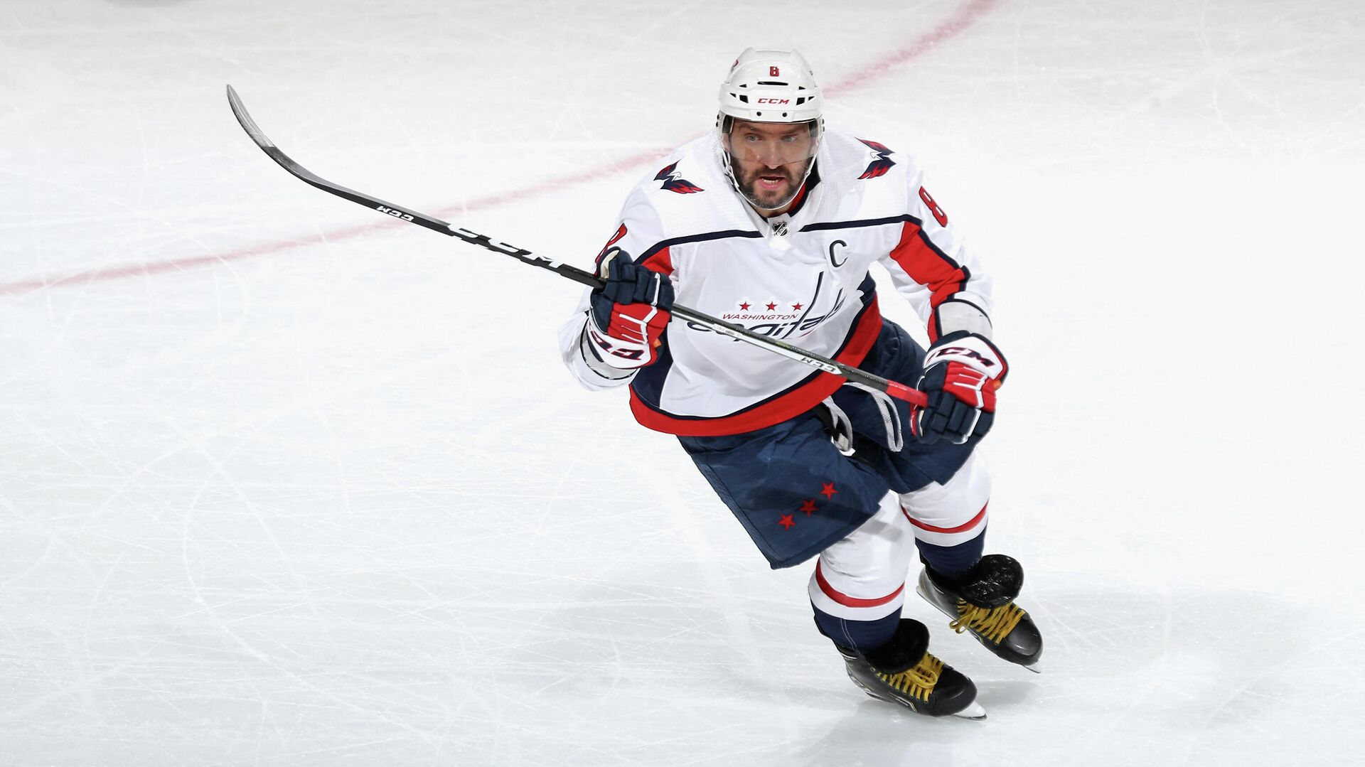 NEWARK, NEW JERSEY - APRIL 02: Alex Ovechkin #8 of the Washington Capitals skates against the New Jersey Devils on April 02, 2021 in Newark, New Jersey.   Bruce Bennett/Getty Images/AFP (Photo by BRUCE BENNETT / GETTY IMAGES NORTH AMERICA / Getty Images via AFP) - РИА Новости, 1920, 05.04.2021