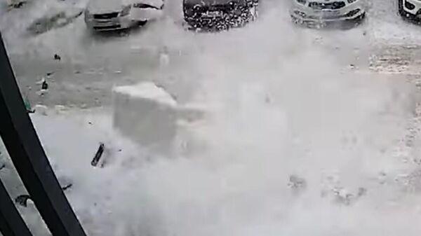 В ЯНАО глыба снега обрушилась с крыши здания на ребенка