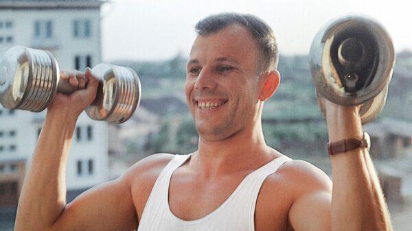 Лётчик-космонавт Юрий Гагарин занимается утренней зарядкой