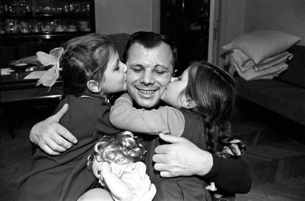 Летчик-космонавт СССР Юрий Алексеевич Гагарин с дочерьми Леной и Галей у себя дома