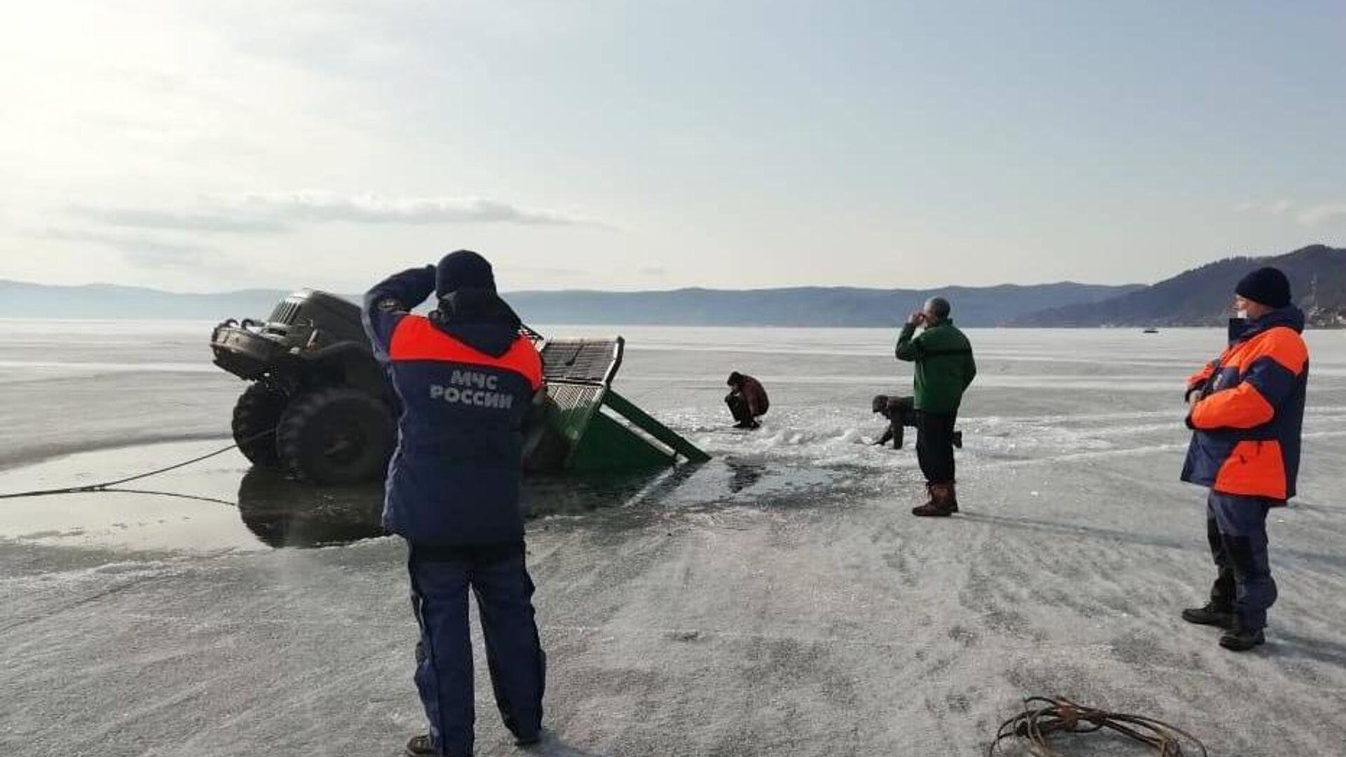 Сотрудники МЧС РФ вытаскивают из воды грузовой автомобиль, который провалился под лед на озере Байкал - РИА Новости, 1920, 15.04.2021