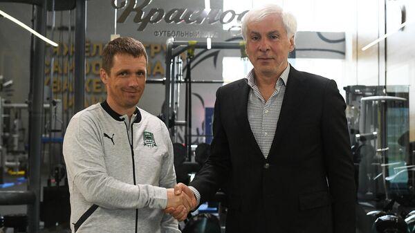 Главный тренер Краснодара Виктор Ганчаренко (слева)