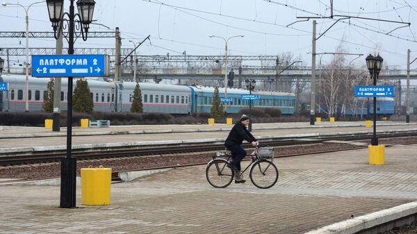 Велосипедист едет по перрону станции Ясиноватая в Донецкой области