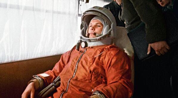 Космонавт Юрий Гагарин в автобусе направляется на стартовую площадку космодрома Байконур