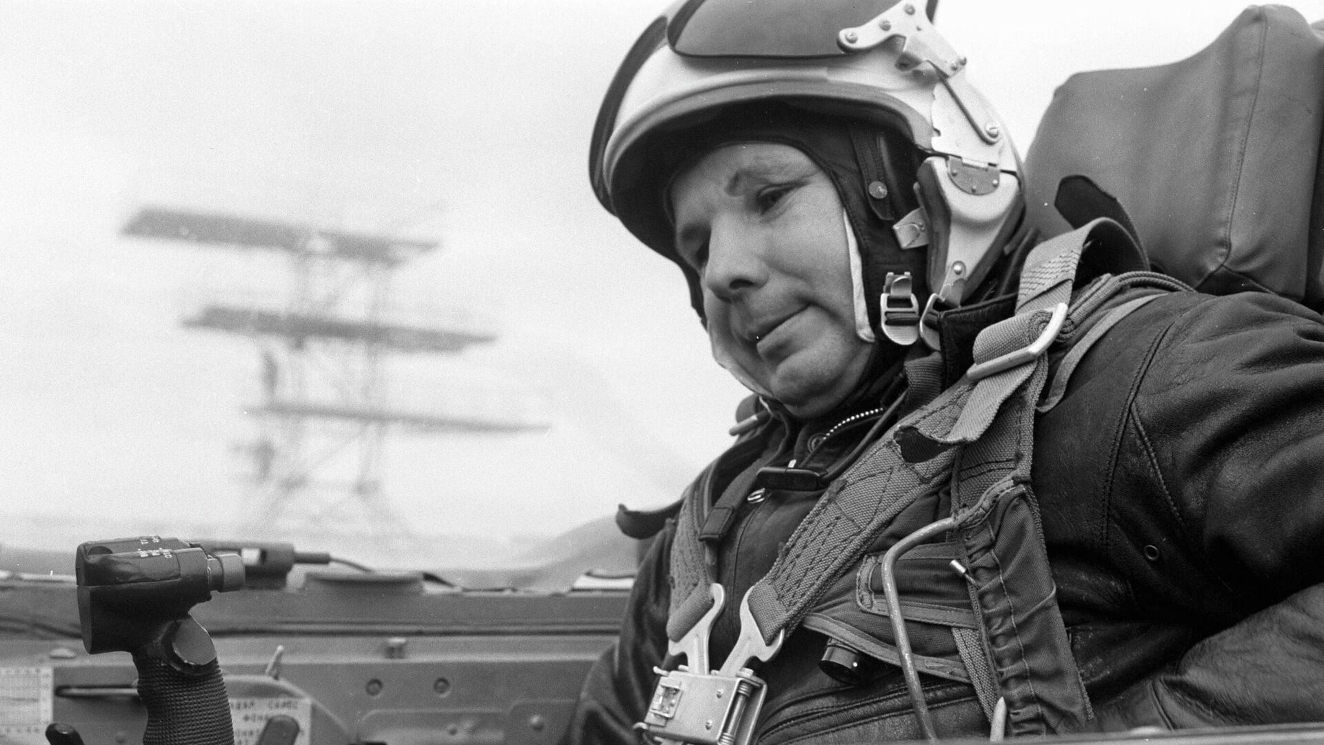 Летчик-космонавт Юрий Гагарин готовится к выполнению полетного задания в кабине реактивного истребителя  - РИА Новости, 1920, 12.04.2021