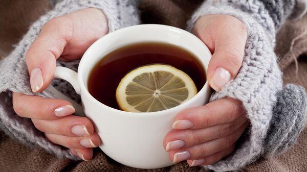 Девушка держит чашку с чаем