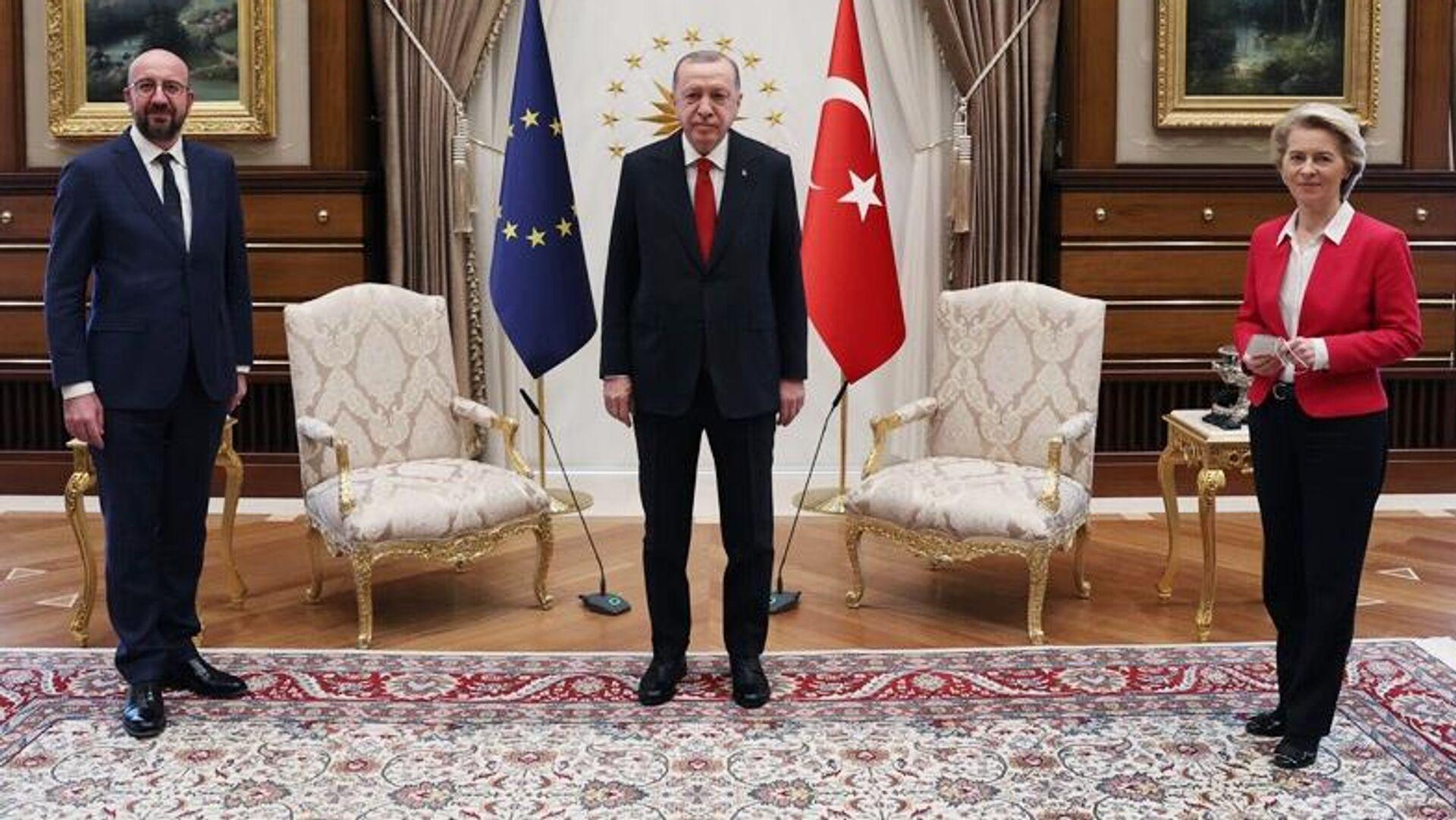 Президент Турции Реджеп Тайип Эрдоган на встрече с главой Евросовета Шарлем Мишелем и президентом Еврокомиссии Урсулой фон дер Ляйен - РИА Новости, 1920, 06.04.2021