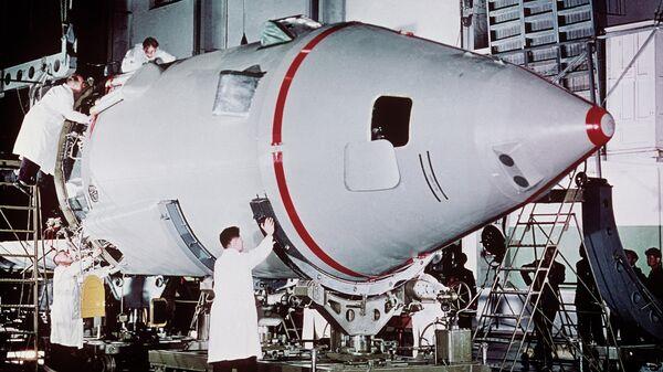 Кадр из кинофильма Первый рейс к звездам. Монтаж космического корабля Восток