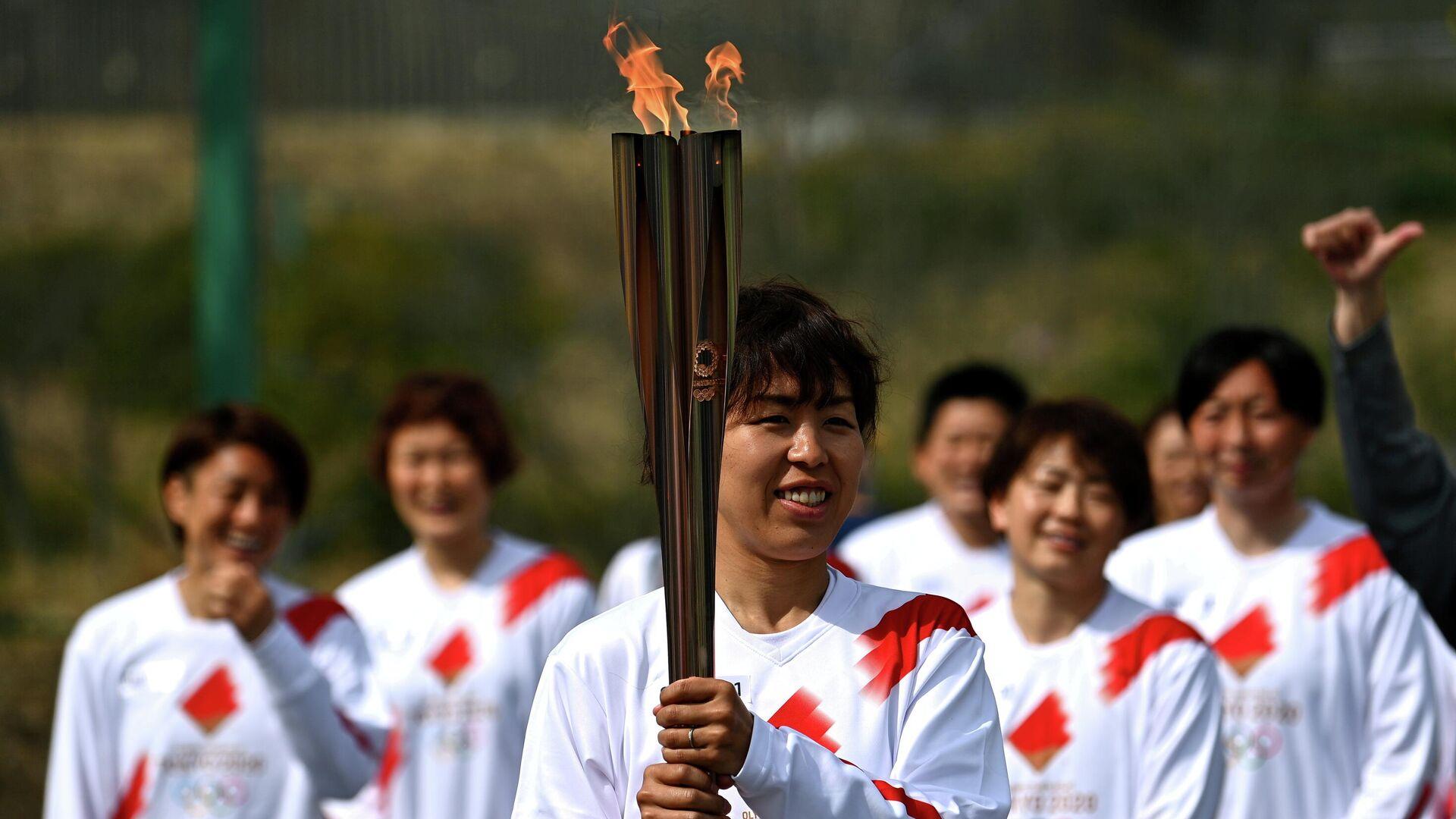 Японский факелоносец Азуса Ивашимицу во время эстафеты Олимпийского огня в Токио - РИА Новости, 1920, 07.04.2021