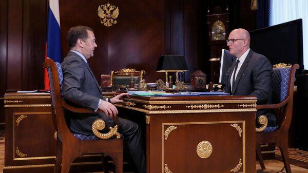 Заместитель председателя Совета безопасности РФ Дмитрий Медведев и заместитель председателя правительства РФ Дмитрий Чернышенко во время встречи