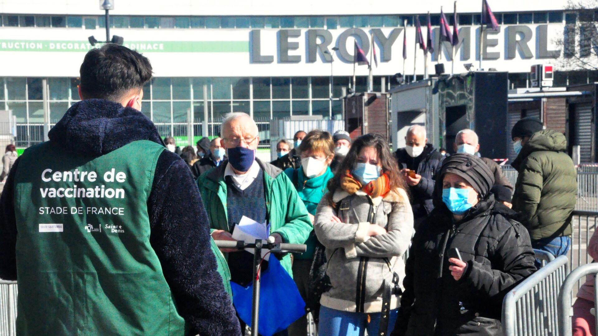 Местные жители стоят в очереди на вакцинацию от коронавируса в центре вакцинодром на стадионе Стад де Франс - РИА Новости, 1920, 08.05.2021